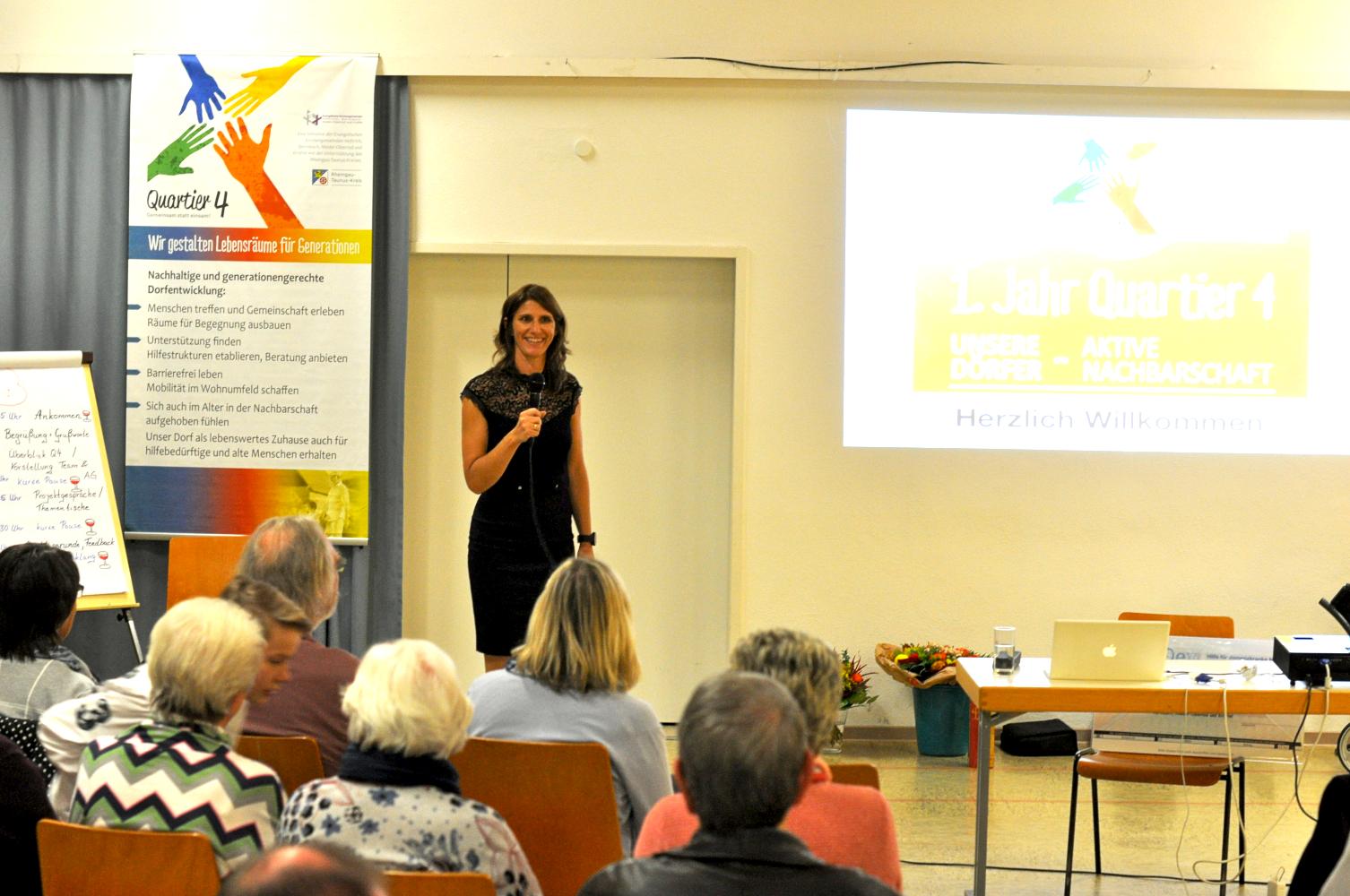 Karla Sachse-Domschke moderiert die Informatonsveranstaltung